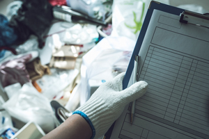 このようにゴミが溜まった家の清掃はとても手間がかかりますので、お困りの方は専門業者にご依頼ください。